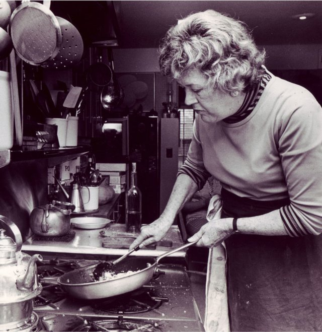 julia-child-cooking